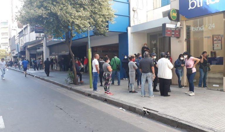 Tras registrarse filas de hasta 10 cuadras, los bancos abren sábado y domingo