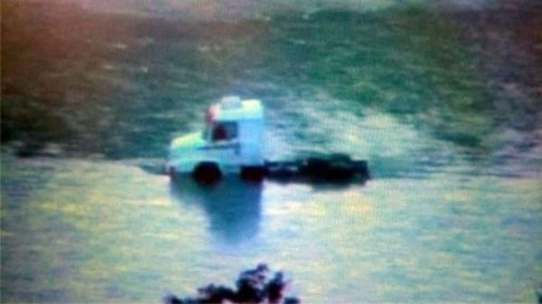 Intentaron cruzar un camión por el Rio Bermejo