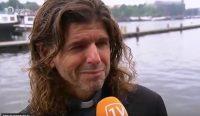 El sacerdote llora tras ser suspendido